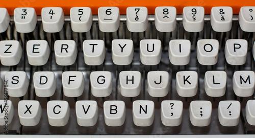 Fotografie, Obraz an antique typewriter for old books