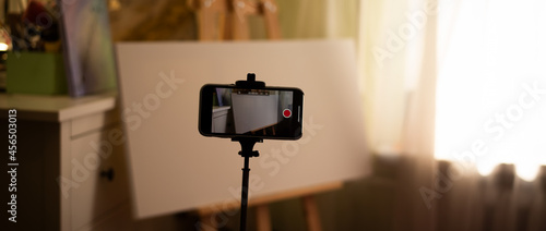 Canvastavla Shooting a video tutorial on drawing a picture on canvas with an easel at home