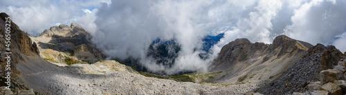 Fotografia Panorama suggestivo di paesaggio dolomitico immerso nelle nuvole (Anfiteatro, La