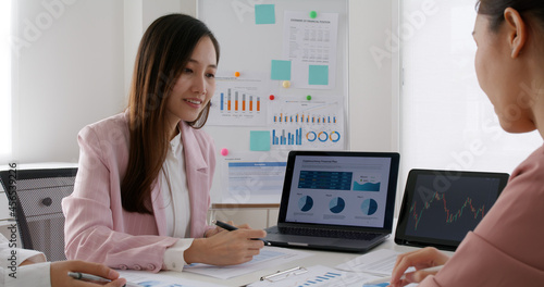 Group asia woman people talk in budget plan report, brief idea on chart graph data in paper work on laptop tablet at office desk table teach in tax loan consult career class, stock broker, trader job Fototapet