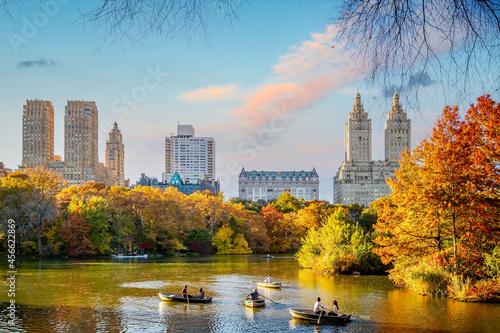 Central Park in autumn  in midtown Manhattan New York City Fotobehang