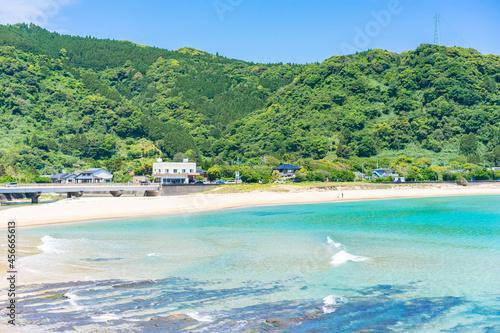 Fototapeta エメラルドグリーンの海が美しい砂浜