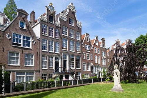 Obraz na plátně Historic houses in the Begijnhof, one of the oldest courtyards (hofjes) in Amsterdam
