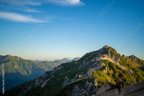 Slika na platnu 朝日できれいな燕岳山頂付近の山小屋から見える風景 The view from the mountain lodge near the summit of Mt