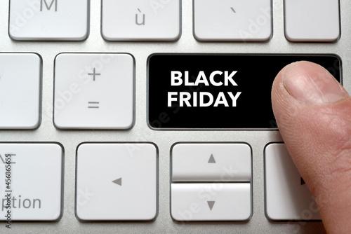 Canvastavla Un homme appui sur la touche de son clavier Black Friday