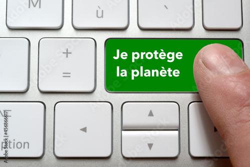 Fotografiet Un homme appui sur la touche de son clavier je protège ma planète