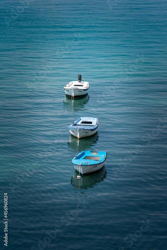 Obraz na plátne Trois barques sur l'eau