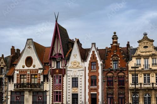 Obraz na plátně Maisons traditionnelles sur la place de Béthune, dans le Pas de Calais
