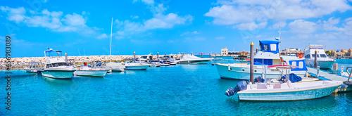 Fotografiet Panorama of boats in Jumeirah fishing harbour, Dubai, UAE