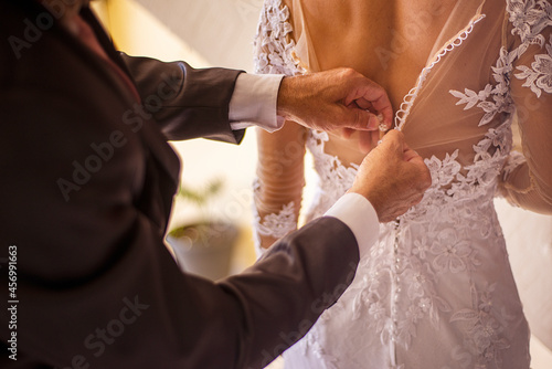 Foto bride and groom holding hands