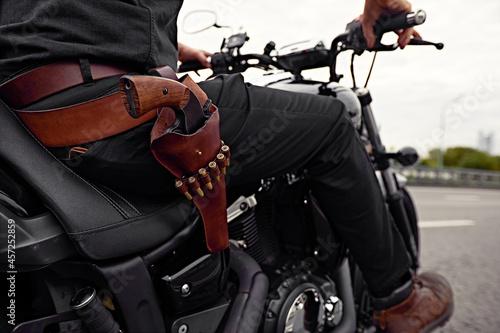 Canvastavla mafia man on bike with handgun
