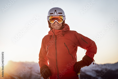 Portrait of a happy male skier in the mountains at sunset Fototapet