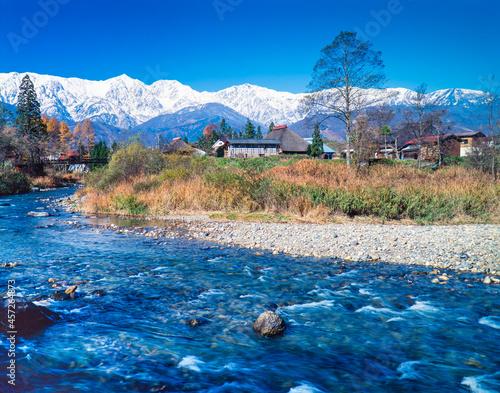 Fotomural 長野県 白馬村 紅葉した小川と古民家とアルプス山脈