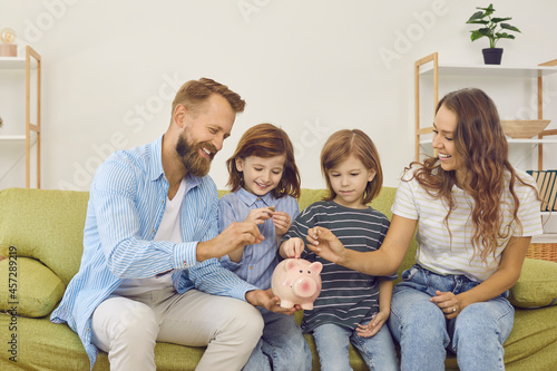 Stampa su Tela Mom and dad teach their sons to manage their budgets effectively and spend money wisely