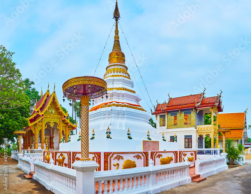 Photo The picturesque white-golden stupa of Wat Sangkharam Temple, Lamphun, Thailand