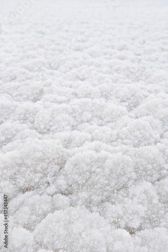 Foto White crystalline salt closeup detail on Ein Bokek beach at Dead Sea - world mos