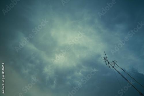 Nubes y antenas Fotobehang