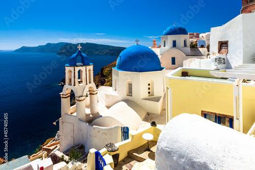 Photo Churches with blue domes on Santorini island