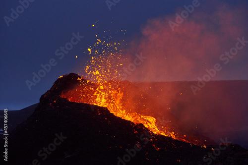 Photo Active erupting volcano at night