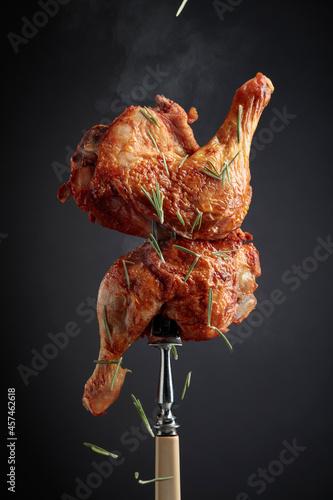 Photographie Hot chicken drumsticks on a fork.