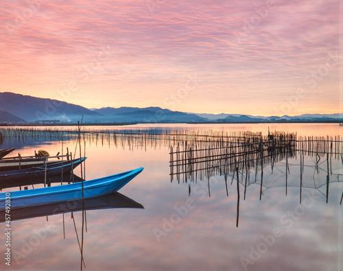 滋賀県 近江八幡市 近江八幡の水郷養殖と舟の夜明け Fototapete