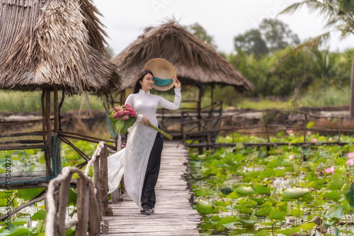 Fotografie, Obraz Portrait of beautiful vietnamese woman with traditional vietnam hat holding the