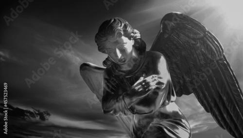 Fotografia Beautiful angel against dark sky