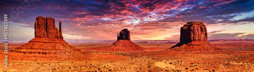 Fotografie, Obraz Panorama Landschaft Monument Valley in Utah bei Sonnenuntregang mit Bewölkung