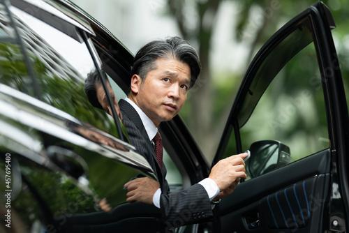 ビジネスマン・男性・車・スーツ・スマートフォン Fototapet