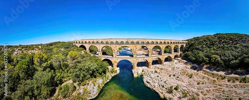 Foto The aerial view of the Pont du Gard, an ancient tri-level Roman aqueduct bridge