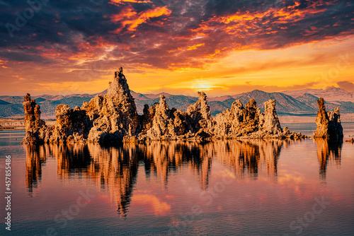 Fototapeta Tuffstein im Natronsee Mono Lake mit Wolken und Spiegelung in der Sierra Nevada