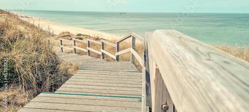 Valokuva Wooden descending boardwalk steps along the coast