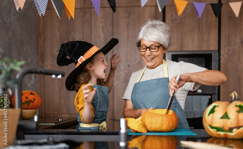 Fotografie, Obraz family preparing for Halloween