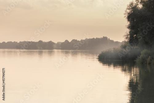 Fototapeta premium Jezioro Goczałkowickie wczesnym rankiem, widok na zalew, mgły, drzewa
