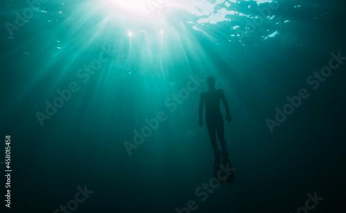 Fotografia Underwater photo of freediver ascending to sea surface