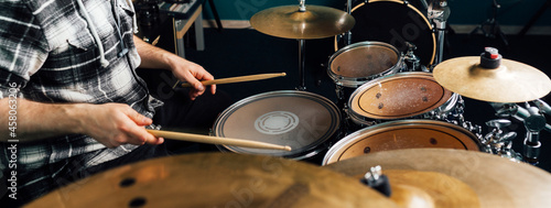 Billede på lærred The drummer knocks on the drum set.