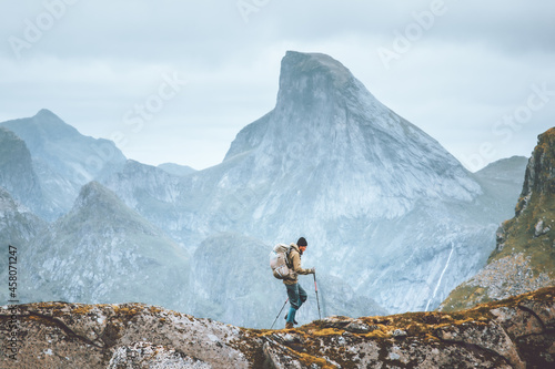 Man hiking in mountains traveling solo with backpack outdoor active vacations in Fototapet