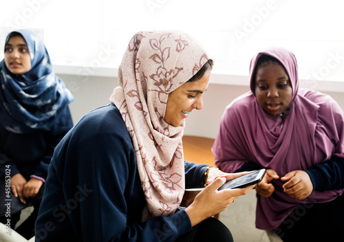 Obraz na plátně Group of Muslim students using a smartphone