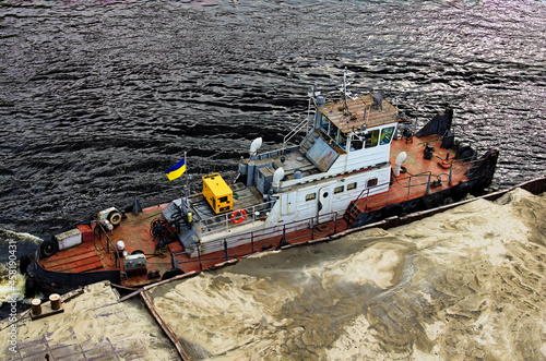 Foto River barge loaded with sand