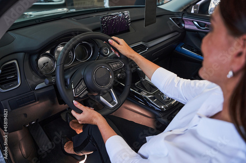 Valokuva Woman imagining herself as the best driver ever