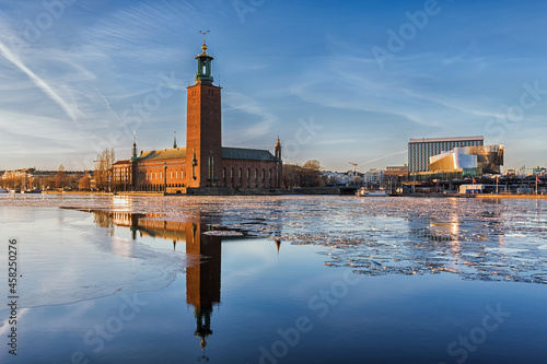 Winter image of Stockholms city hall reflecting in Riddarfjarden. Fotobehang