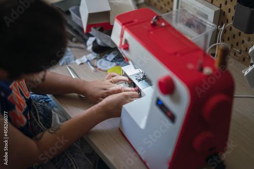 Photo Escena típica hogareña arreglando con costura una prenda de vestir