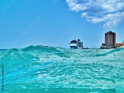 Blich über das Meer auf geankertes Schiff Fototapeta