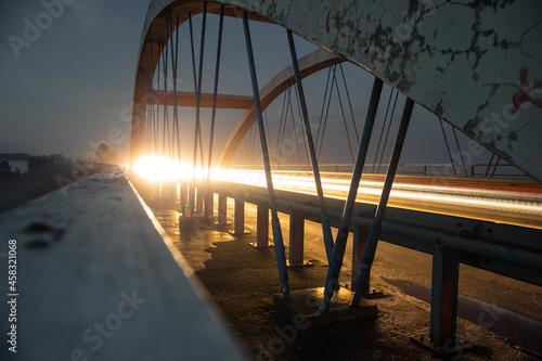 Most podświetlony światłami samochodu