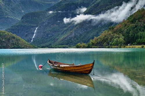 Fotografie, Obraz Ruderboot liegt am Ufer im Fjord, Norwegen