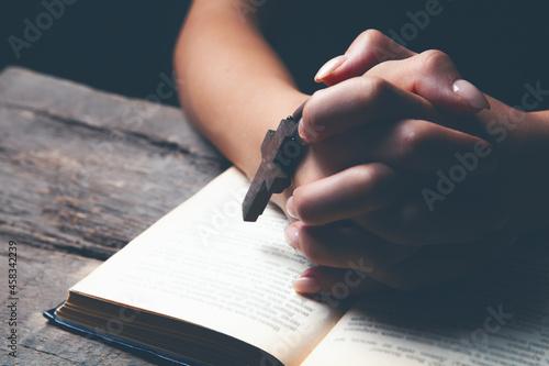 Canvastavla woman praying on book holding cross