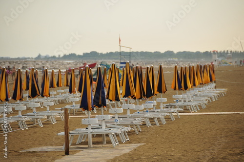 Foto Deck Chairs On Beach Against Sky