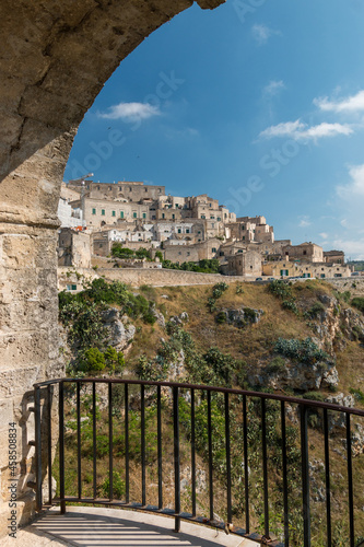 Fotografia Beautiful view from the balcony to the Matera hilltop old town in Italy