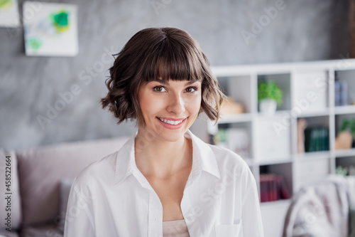Obraz na plátně Portrait of attractive cheerful brown-haired girl spending free time day life dr