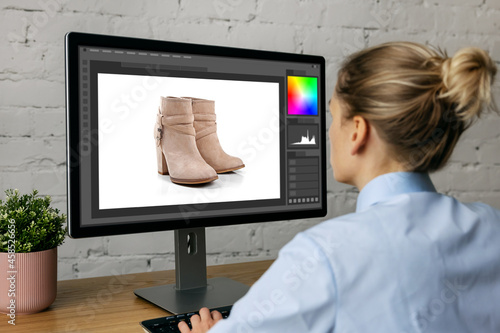 woman doing product photo editing on desktop computer in office Fototapet